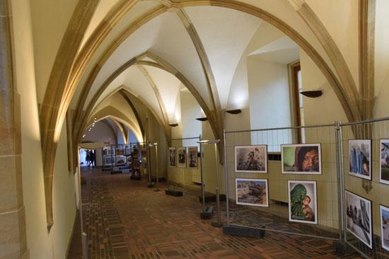 Zahájení výstavy Ten druhý život v Křížové chodbě Karolina